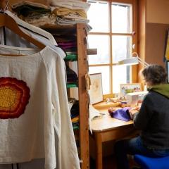 """(Salzwedel/Depekolk) 14.02.16; Anke Duebler (Dübler) ist Textilkuenstlerin. Vor einigen Jahren ist sie erblindet. Da sie schon davor gestickt hat, hat sie auch nach ihrer Erblindung begonnen, zu sticken. In Blindenschrift (Braille) stickt sie Texte (wie hier: """"Alles ist gut"""") mit Knoten in selbstgefertigte Kissen. (Sie nennt sie Tastbare Kissen oder Blindenschriftkissen) Hier, links, ein Hemd, das sie vor ihrer Erblindung bestickt hat [Foto und Copyright: Andreas Schoelzel, Postfach 610708, 10938 Berlin. Veroeffentlichung ist Honorarpflichtig (zuzuegl. MwSt) und Beleg . fon +4930 61609678. -NO MODEL RELEASE- Bei der Verwendung ausserhalb journalistischer Berichterstattung bitte vorher mit dem Autor Kontakt aufnehmen. Es wird grundsaetzlich keine Einholung von Persoenlichkeits-, Kunst- oder Markenrechten zugesichert, es sei denn, dies ist hier in der Bildbeschriftung ausdruecklich vermerkt. Die Einholung dieser Rechte obliegt dem Nutzer.]"""