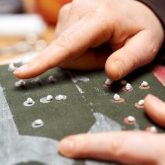 """(Salzwedel/Depekolk) 14.02.16; Anke Duebler (Dübler) ist Textilkuenstlerin. Vor einigen Jahren ist sie erblindet. Da sie schon davor gestickt hat, hat sie auch nach ihrer Erblindung begonnen, zu sticken. In Blindenschrift (Braille) stickt sie Texte (wie hier: """"Alles ist gut"""") mit Knoten in selbstgefertigte Kissen. (Sie nennt sie Tastbare Kissen oder Blindenschriftkissen) [Foto und Copyright: Andreas Schoelzel, Postfach 610708, 10938 Berlin. Veroeffentlichung ist Honorarpflichtig (zuzuegl. MwSt) und Beleg . fon +4930 61609678. -NO MODEL RELEASE- Bei der Verwendung ausserhalb journalistischer Berichterstattung bitte vorher mit dem Autor Kontakt aufnehmen. Es wird grundsaetzlich keine Einholung von Persoenlichkeits-, Kunst- oder Markenrechten zugesichert, es sei denn, dies ist hier in der Bildbeschriftung ausdruecklich vermerkt. Die Einholung dieser Rechte obliegt dem Nutzer.]"""