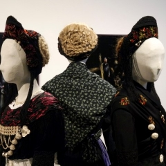 Drei Damen in Tracht - Foto Birgit Ströbel