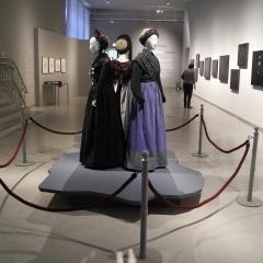 Drei Damen in Tracht und Fotos - Foto Birgit Ströbel
