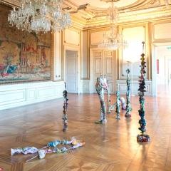 """Silbersaal: """"Dekor"""", Susanne Klinke (aus Gobelinstickereien genäht + versilberte Teller und Vasen)"""