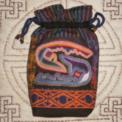 "Christine Bell, 2016, ""Medicine bag"" kreiert aus Fragment kirgisischer Stickerei, Baumwollstoffe/ gesteppt & bestickt, 20 x 25 cm (Foto: Christine Bell)"