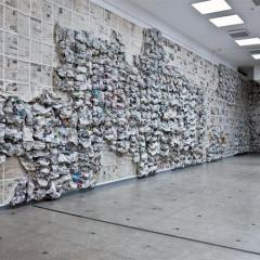 """Installation """"Informations - Wolke, wohin du uns führst?"""" 2014. Deutsche und Litauische Zeitungen.2000 x 50 x 500 cm"""