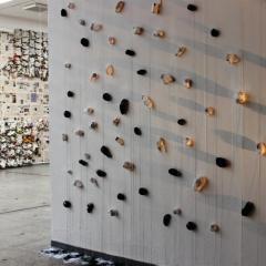 """Installation """"Fäden ziehen"""". 2014. Zeitungspapier, Nähfaden.500 x 10 x 500"""