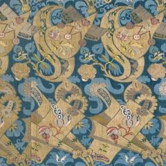 SeiSeidengewebe mit blauem Damastgrund, Frankreich oder Italien, 1700–1710, Abegg-Stiftung, Inv. Nr. 2182 - Das schwungvolle Muster mit eigenartigen goldfarbenen Motiven belegt, wie kreativ die damaligen Textildesigner waren. Ihre Entwürfe entstanden zum Teil in Anlehnung an ostasiatische Gestaltungsprinzipien. Foto: © Abegg-Stiftung (Christoph von Viràg)
