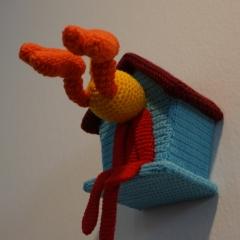 Patrizia Waller - Broken Tweety, Wolle, Holz, Kunststoff, Häkelarbeit, 28x14x20 cm