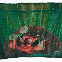 Glückliche Fliegen sitzen betrunken im Rotweinglas. 2011