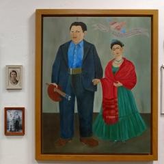 """links: """"Die Zeit fiegt"""", rechts Frida neben ihrem Mann Diego Rivera"""