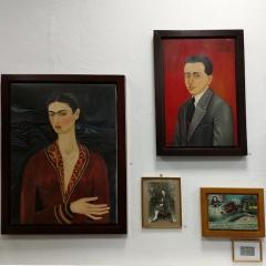 """links: """"Selbstbildnis mit Samtkleid"""", rechts Portrait von Alejandro Gomez Arias"""