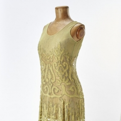 Gesellschaftskleid, um 1925, Deutschland, Glasperlen und Ornamentmotive aus Seidencrepe in Applikationsstickerei auf Seidentuell, Foto Esther Hoyer