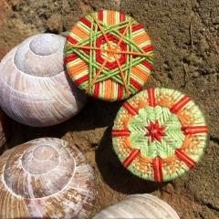 Sternknoepfe, Sternknopf, mit Tortenschnürung gesichert, hinten, Gewebter Sternknopf mit Stickerei (vorne), Foto H. Weinold