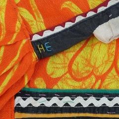 An der Halskante befinden sich mit Kettenstich gestickt die Initialen H E.