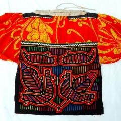 Meine Bluse mit Mola und dem typischen bunten Mustern auf Schulterstück und Puffärmeln. Außerdem sind weiße Zick-Zack-Litzen benutzt.