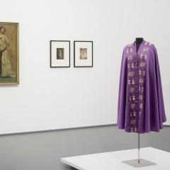 Vorne: Abendcape von Liberty & Co, London, 1900-1910 Hinten: Lovis Corinth, Charlotte Berend im weißen Kleid, 1902.