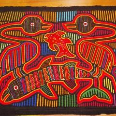 Mola Hartmann 4, Sammlung Hartmann, 1978, Vögel mit Fischen-Mola, Textilbild, 39 cm x 50 cm, (Foto: Andreas Hartmann)