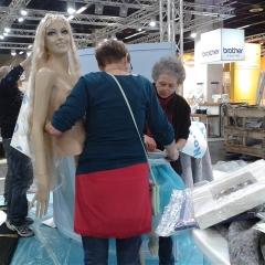Silvia-Maria Wunderle und Gisela Pugni-Spatz installieren die Meerjungfrau