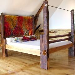 Eichenbett aus einem 700 Jahre alten Eichenwebstuhl mit textilem Kopfteil