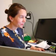 Julia Lange am Schreibtisch