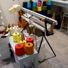 Strickmaschine und Garnspulen