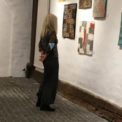 Beim Betrachten der Ausstellung