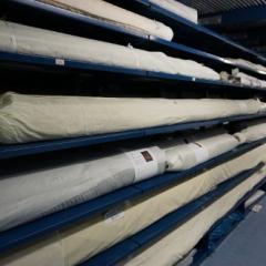 Aufgerollte Teppiche im Textildepot des Museums Europäischer Kulturen