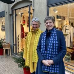 Zwei Damen mit Schal